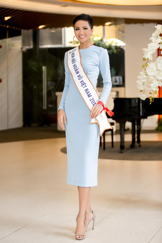 H'Hen Niê diện trang phục giản dị, khoe vóc dáng thon gọn tại sự kiện - Ảnh 2