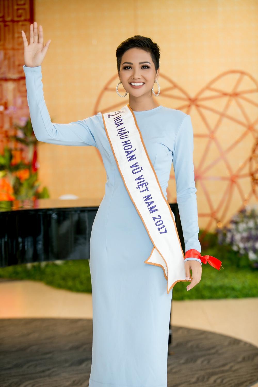 H'Hen Niê diện trang phục giản dị, khoe vóc dáng thon gọn tại sự kiện - Ảnh 1
