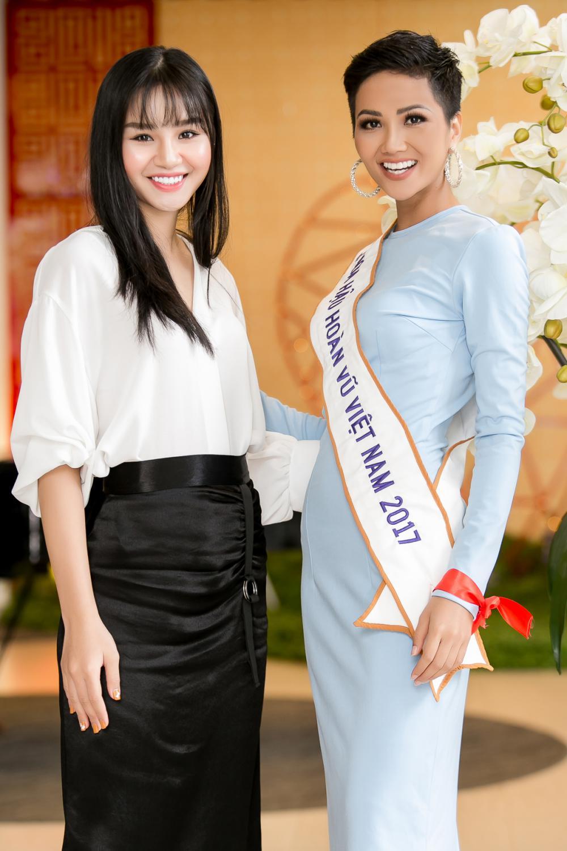 H'Hen Niê diện trang phục giản dị, khoe vóc dáng thon gọn tại sự kiện - Ảnh 4