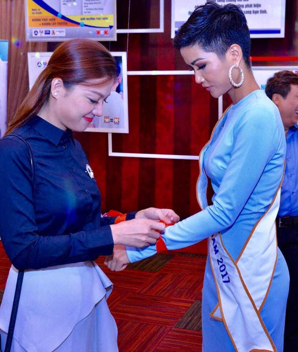 H'Hen Niê diện trang phục giản dị, khoe vóc dáng thon gọn tại sự kiện - Ảnh 6