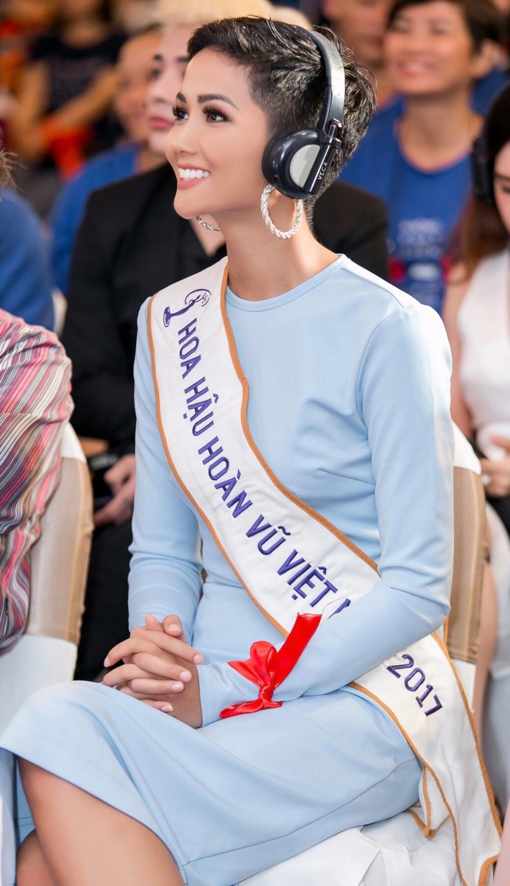 H'Hen Niê diện trang phục giản dị, khoe vóc dáng thon gọn tại sự kiện - Ảnh 8