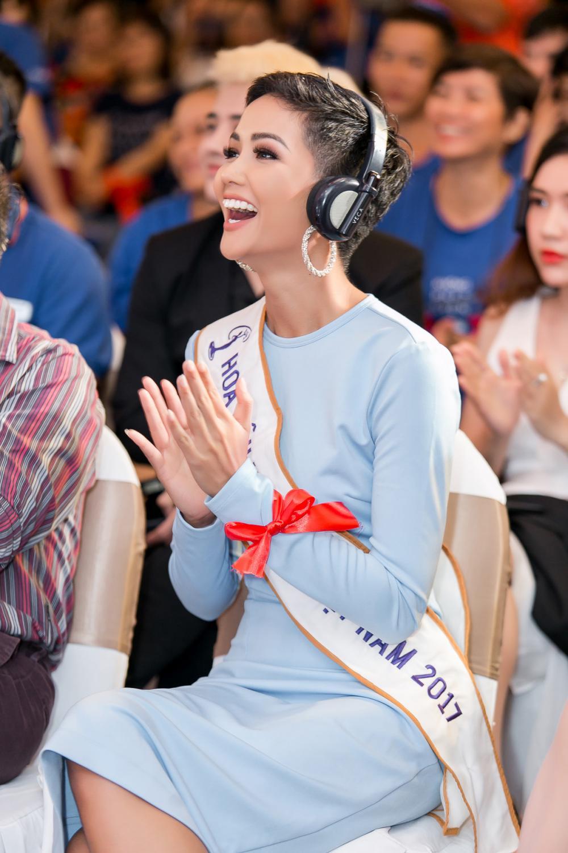 H'Hen Niê diện trang phục giản dị, khoe vóc dáng thon gọn tại sự kiện - Ảnh 9