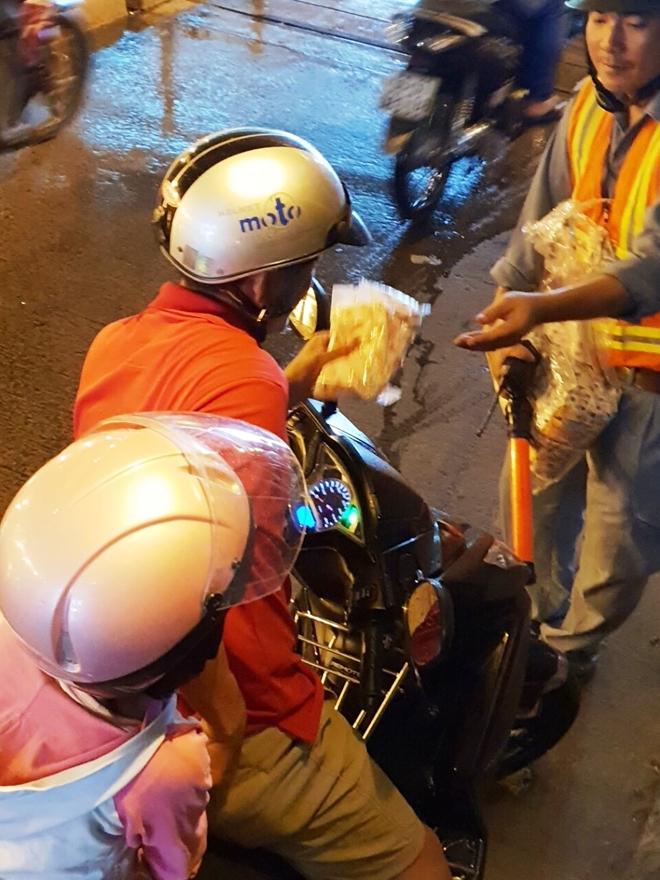 Phát áo mưa miễn phí tranh ùn ứ trong hầm ở TPHCM - Ảnh 2