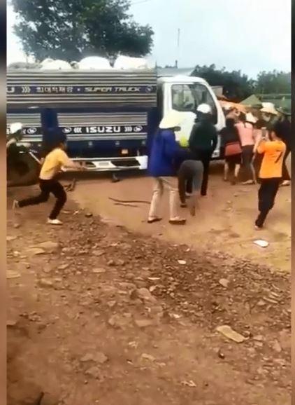 Cố tình cán qua người phụ nữ, tài xế xe tải khiến cộng đồng mạng phẫn nộ - Ảnh 1