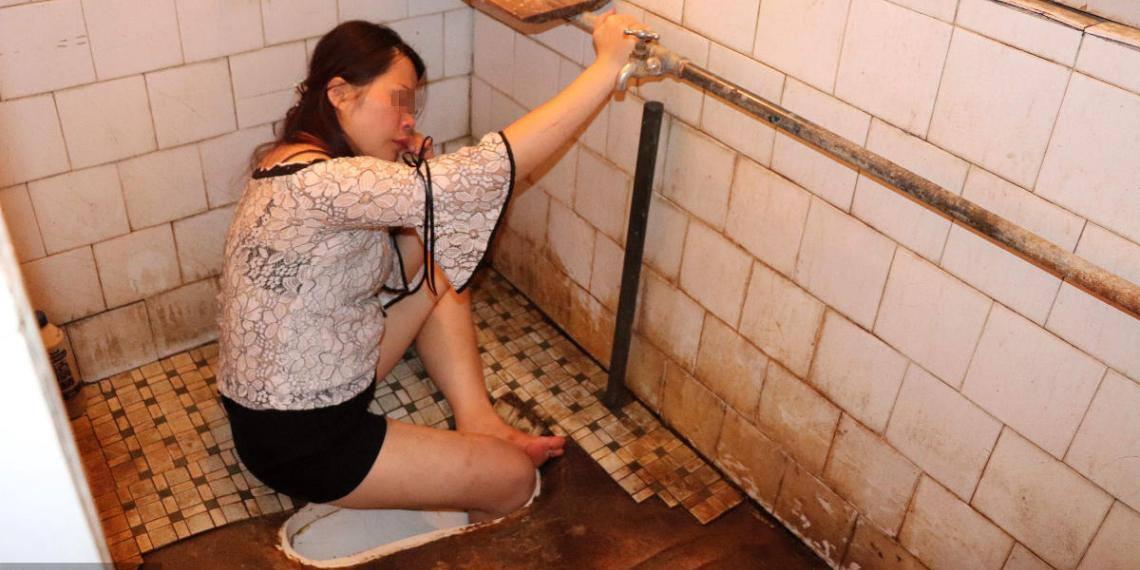 Cô gái say rượu kẹt chân trong bệ xí phải nhờ sự giúp đỡ của lính cứu hỏa - Ảnh 1