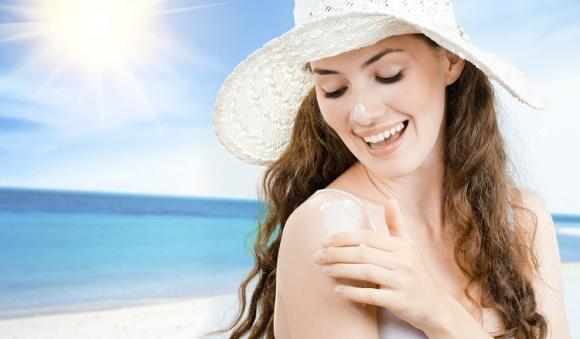Không phải các loại serum hay kem dưỡng đắt tiền, kem chống nắng mới giúp bạn ngăn ngừa tình trạng lão hóa da - Ảnh 1