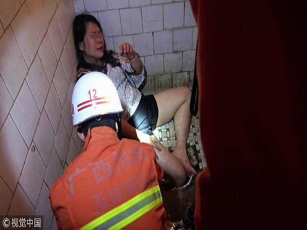 Cô gái say rượu kẹt chân trong bệ xí phải nhờ sự giúp đỡ của lính cứu hỏa - Ảnh 2