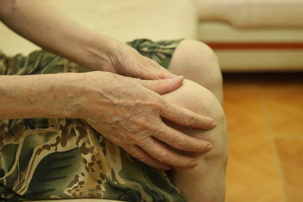 Chữa đau khớp gối bằng chích khớp, một phụ nữ suýt bị tàn phế  - Ảnh 1