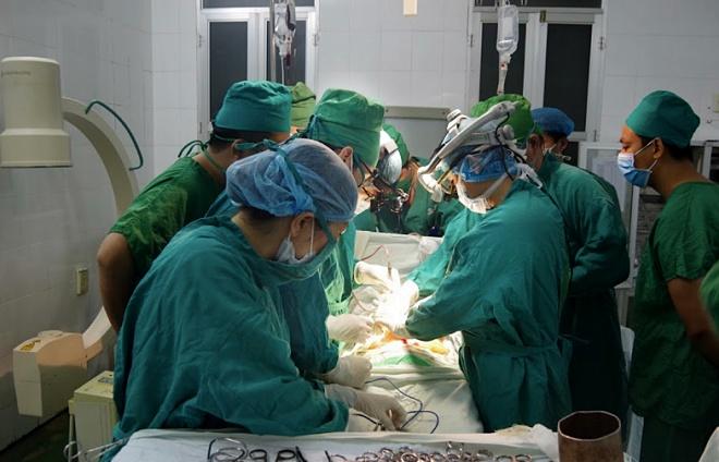 Bác sĩ xuyên đêm cứu bệnh nhân bị thanh sắt đâm vào bụng - Ảnh 1