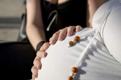 Bố mẹ làm 'chuyện ấy' khi mang bầu, em bé trong bụng có biết không? - Ảnh 1