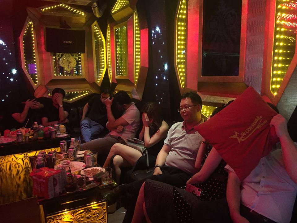 Gần 100 nữ tiếp viên nhà hàng, khách sạn ăn mặc mát mẻ nháo nhào tháo chạy khi công an đột kích kiểm tra - Ảnh 3