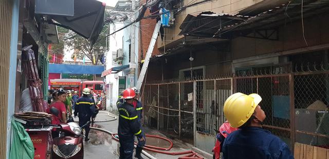 Giải cứu 2 người mắc kẹt trong chung cư đang cháy - Ảnh 2