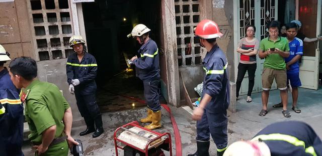Giải cứu 2 người mắc kẹt trong chung cư đang cháy - Ảnh 1