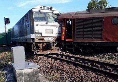Hai tàu hỏa đâm nhau, 5 toa văng khỏi đường ray - Ảnh 1