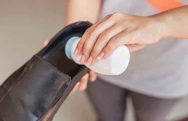 Đổ muối vào giày giữ qua đêm để hút ẩm và loại sạch mùi hôi