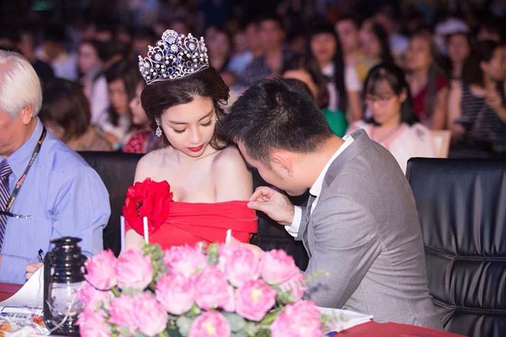 Hoa hậu Đỗ Mỹ Linh mặc váy đỏ trễ vai khoe vòng một gợi cảm - Ảnh 2
