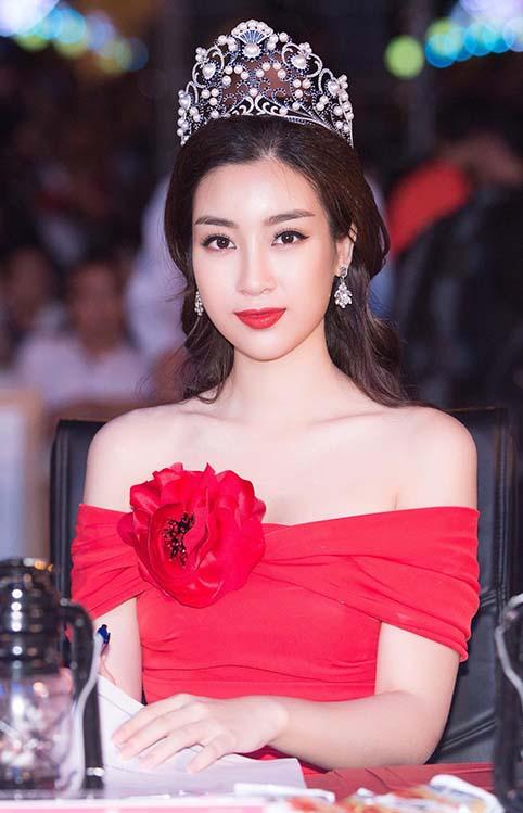 Hoa hậu Đỗ Mỹ Linh mặc váy đỏ trễ vai khoe vòng một gợi cảm - Ảnh 3