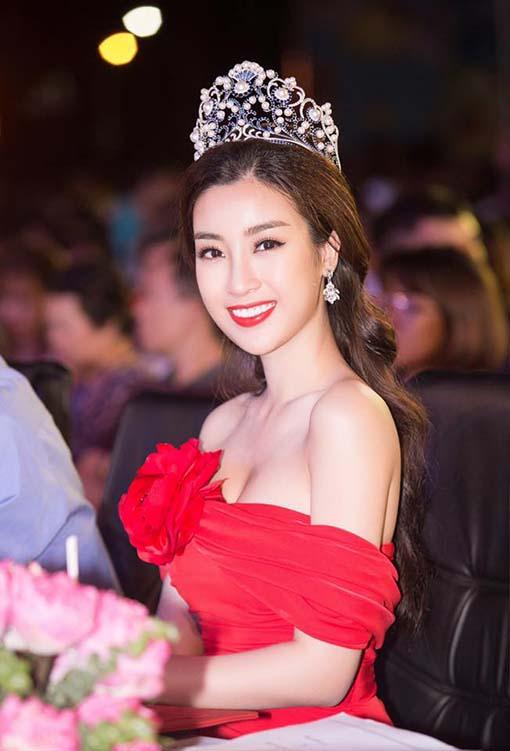 Hoa hậu Đỗ Mỹ Linh mặc váy đỏ trễ vai khoe vòng một gợi cảm - Ảnh 1