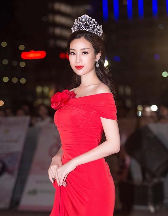 Hoa hậu Đỗ Mỹ Linh mặc váy đỏ trễ vai khoe vòng một gợi cảm - Ảnh 4