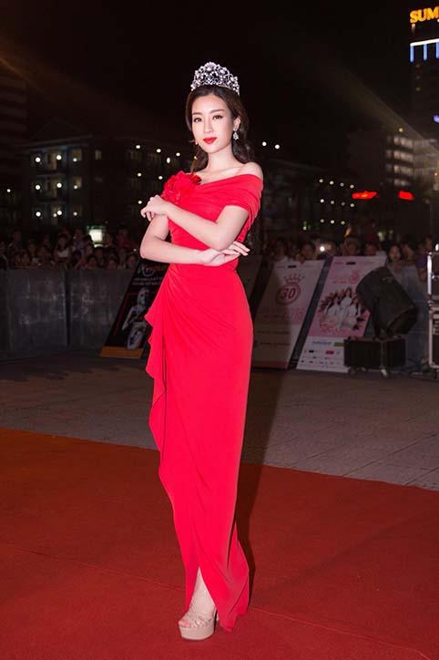 Hoa hậu Đỗ Mỹ Linh mặc váy đỏ trễ vai khoe vòng một gợi cảm - Ảnh 5