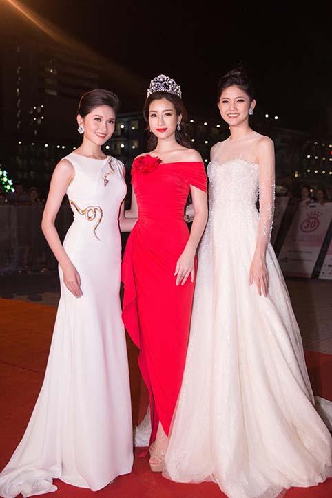 Hoa hậu Đỗ Mỹ Linh mặc váy đỏ trễ vai khoe vòng một gợi cảm - Ảnh 6