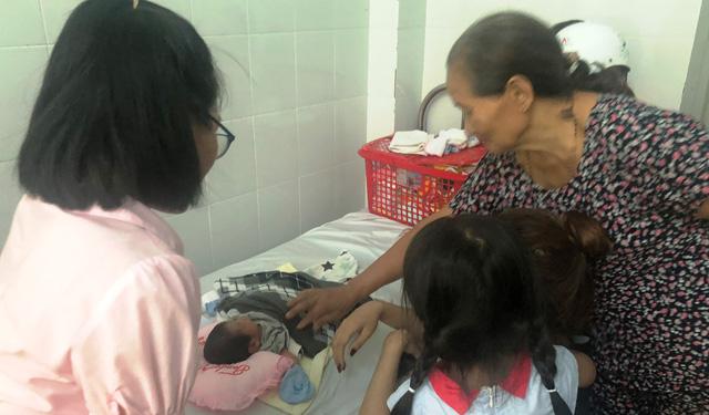 Vụ bé sơ sinh bị chôn sống: Nhiều người muốn nhận bé làm con nuôi Chia sẻ - Ảnh 1