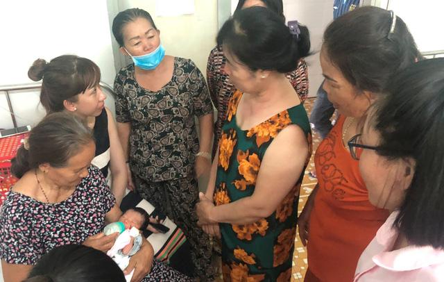 Vụ bé sơ sinh bị chôn sống: Nhiều người muốn nhận bé làm con nuôi Chia sẻ - Ảnh 5