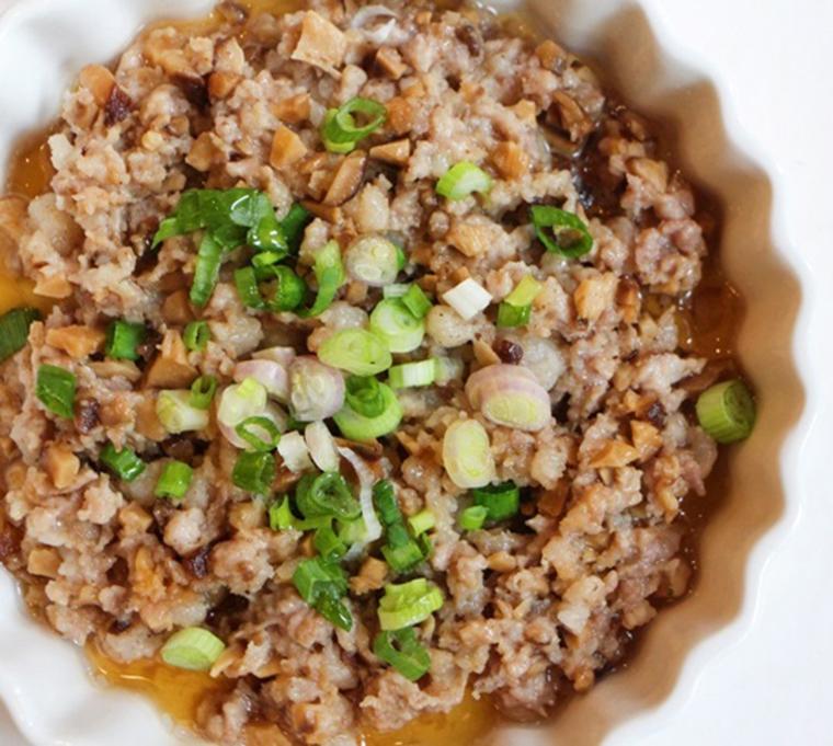 Xào thịt lợn xay trên bếp khi chín vừa thì tắt bếp, không xào kỹ sẽ khô thịt