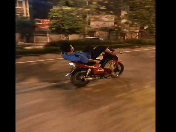 Khiếp đảm clip nam thanh niên ngã ngửa lái xe bằng chân lao vun vút trên đường - Ảnh 1