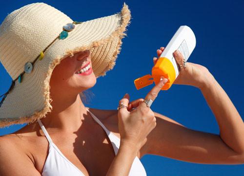 Liệu da mụn có nên dùng kem chống nắng hàng ngày