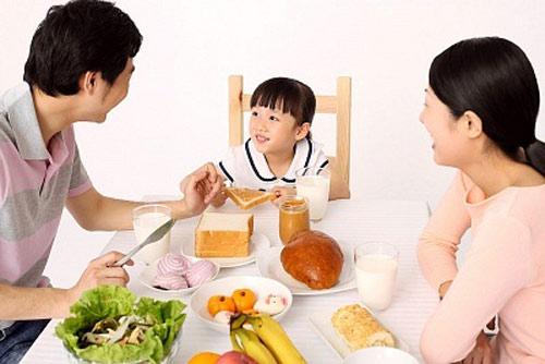 Dạy trẻ mời cơm trước khi ăn là thói quen lịch sự cho bé
