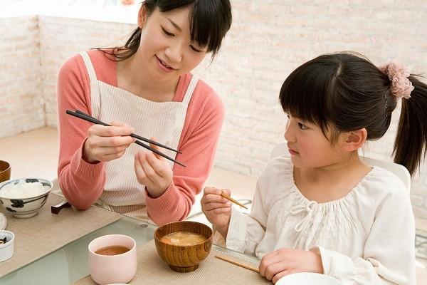 Dạy trẻ tự ăn cơm tạo thói quen lịch sự và tự lập từ nhỏ