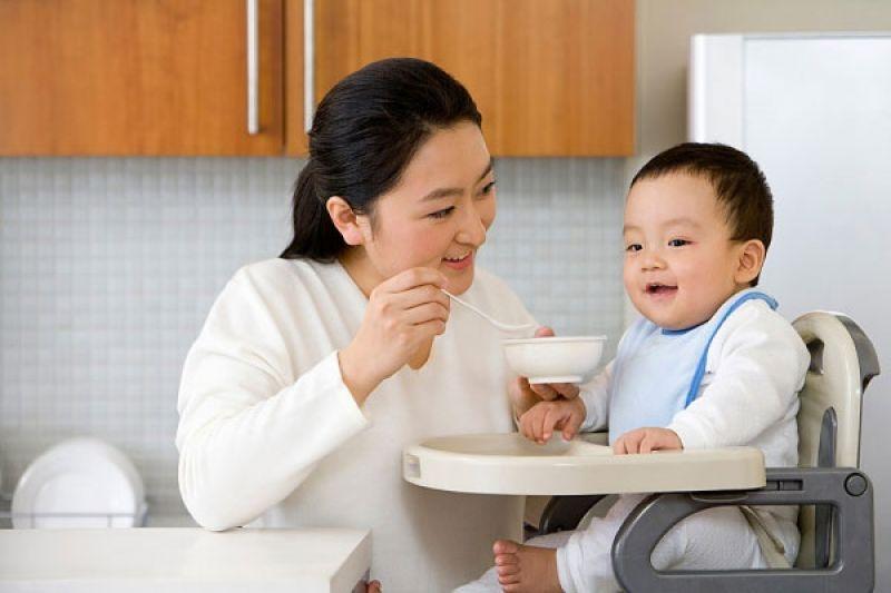 Dạy trẻ tư thế ngồi thẳng khi ăn để tạo phép lịch sự cơ bản sau này