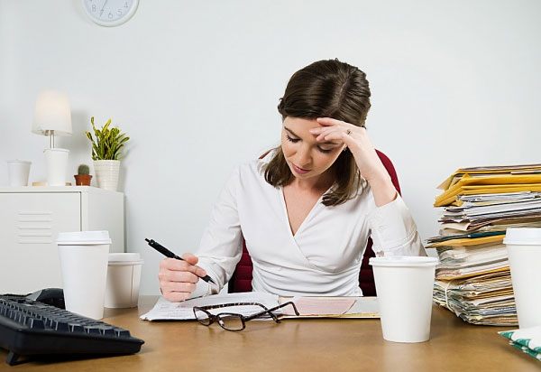 Làm việc căng là nguyên nhân gây nên tình trạng mất ngủ và cần tìm cách điều trị