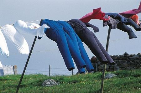 Phơi quần áo ngoài gió để loại bỏ mùi hôi hiệu quả