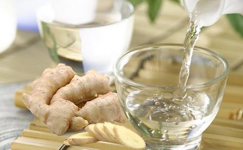 Gừng và rượu đều giúp loại bỏ mỡ thừa hiệu quả sau sinh