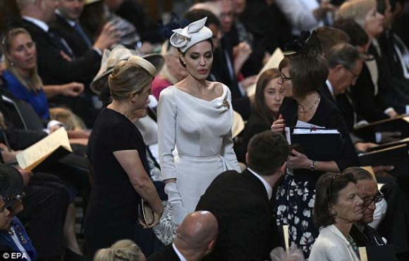 Angelina Jolie thanh lịch và quý phái xuất hiện trong sự kiện tại thánh đường St. Paul - Ảnh 2