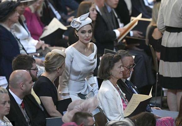 Angelina Jolie thanh lịch và quý phái xuất hiện trong sự kiện tại thánh đường St. Paul - Ảnh 4