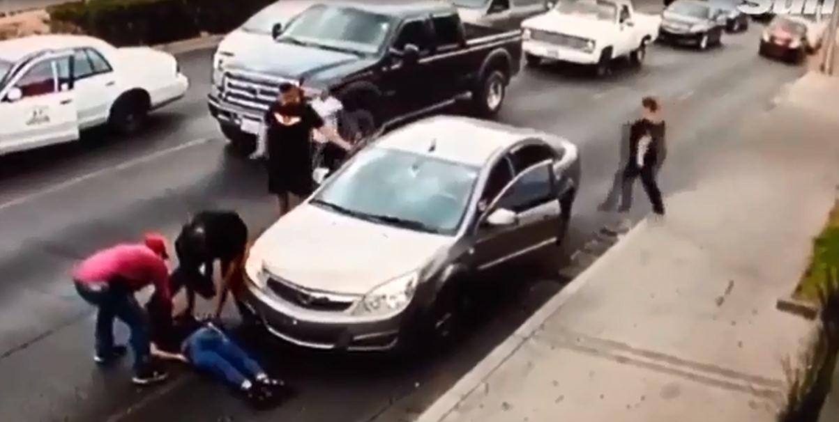 Cô gái trượt thẳng vào gầm ô tô vì mang giày cao gót - Ảnh 3