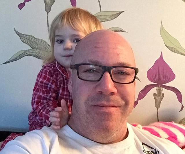 Xót xa hai đứa trẻ chơi đùa trong nhà, âu yếm thi thể của bố suốt 24 tiếng - Ảnh 2