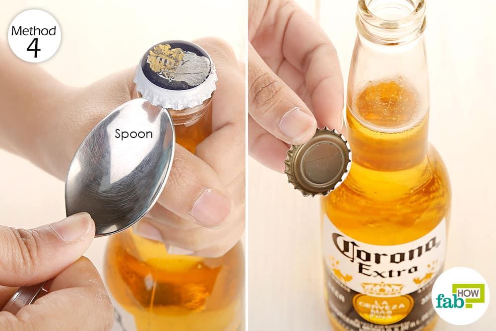 Áp dụng cách khui bia bằng thìa đơn giản