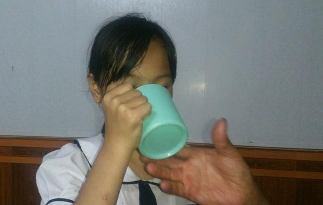 Cô giáo ở Hải Phòng cho vắt nước giặt giẻ lau bảng bắt học sinh lớp 3 uống - Ảnh 1
