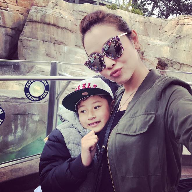 Con trai đã lớn, bà mẹ chiều con Jennifer Phạm vẫn cúi xuống buộc dây giày cho con - Ảnh 1