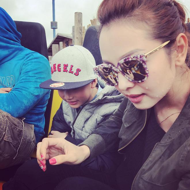 Con trai đã lớn, bà mẹ chiều con Jennifer Phạm vẫn cúi xuống buộc dây giày cho con - Ảnh 2