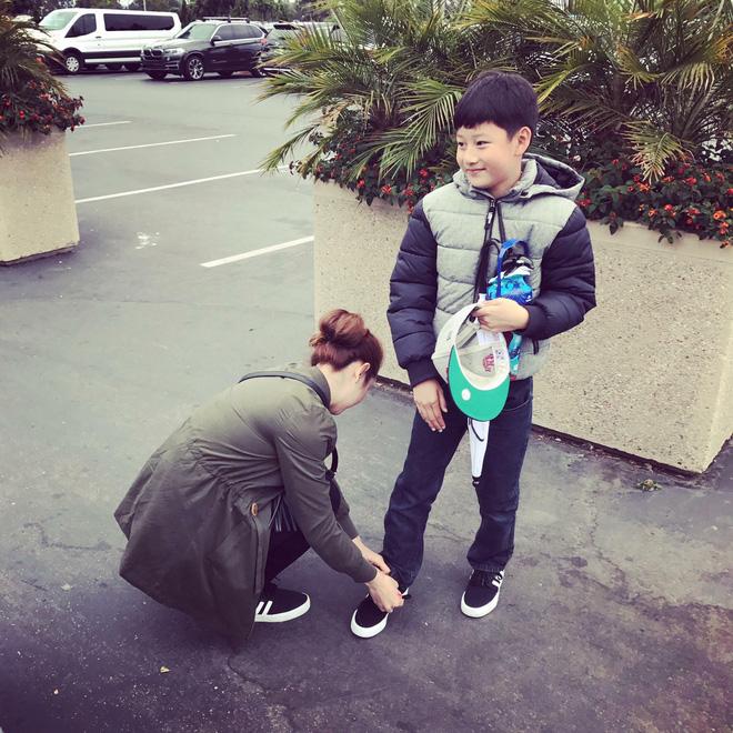 Con trai đã lớn, 'bà mẹ chiều con' Jennifer Phạm vẫn cúi xuống buộc dây giày cho con - Ảnh 5