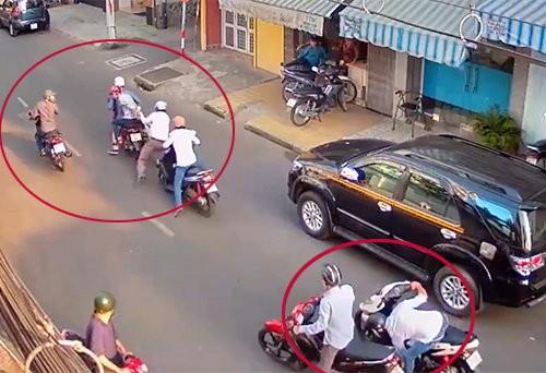 Hai thanh niên chạy Exciter xịt hơi cay tấn công hai mẹ con để cướp xe ở Sài Gòn - Ảnh 1