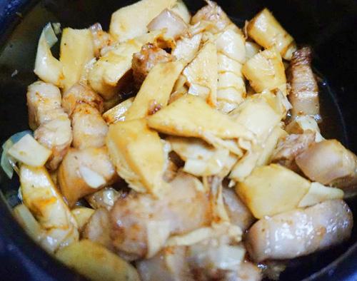 Thịt heo kho măng chua đậm đà đưa cơm - Ảnh 2