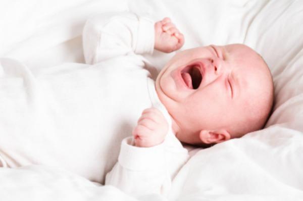 Bé khóc đêm khó ngủ do nhiều nguyên nhân khác nhau