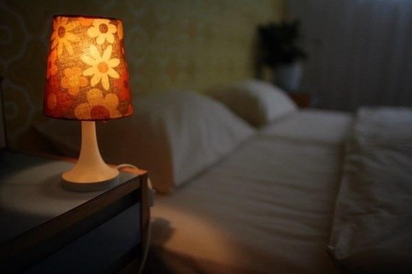 Không nên bật đèn sáng để bé ngủ được ngon giấc hơn