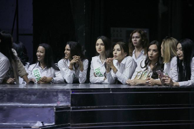 Hương Giang cùng dàn thí sinh tất bật tập luyện trước thềm Chung kết Hoa hậu chuyển giới Quốc tế - Ảnh 1